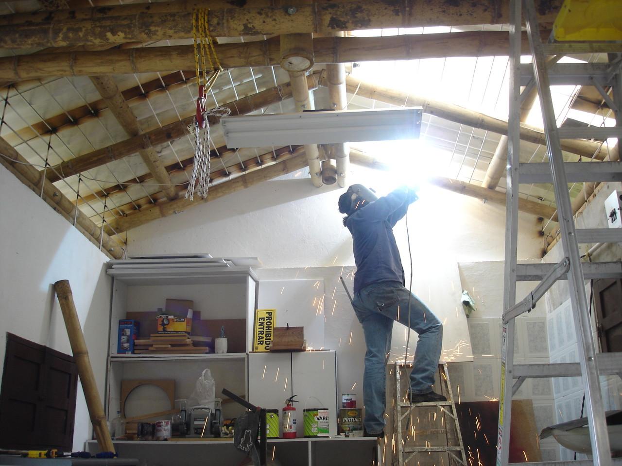 Aumentando seguridad, fabricando reja de techo