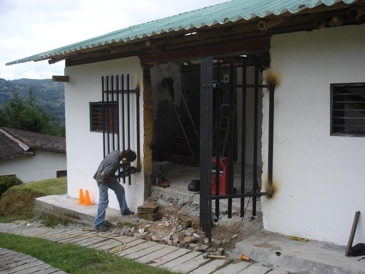 Puerta de acceso en hierro