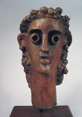 Derain escultor, mantuvo esta actividad hasta el final,ávido en experimentación se entrega a un verdadero juego plastico,máscaras,figurillas..tragedias antiguas.