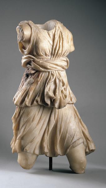 Torso de Diana cazadora,periodo romano 138 AC.Esculpido en mármos de espejuelo representa a la diosa de la caza,la Artemisa griega. Luce túnica corta recogida con doble cinturón,postura en movimiento con la pierna izquierda adelantada,talla muy efectista