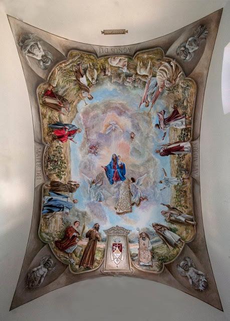 La pintura es obra del maestro Javier Hoyos Arribas, y nos presenta a la Virgen con el Niño y sus dos Ángeles, que la reconocen como Reina del cielo con las ofrendas de la Corona y el Manto de gala que fueron regalados por sus hijos de Huerta.