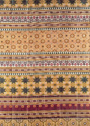 Seda de la Alhambra,periodo nazarí,Granada,1400. Por su diseño nos recuerda a los alicatados del palacio nazarí de Granada.Sus motivos se utilizaban en carpintería y enyesados,rombos y cuadrifolios entrelazados a manera de pétalos de flor.