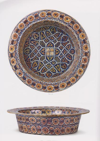 Barreño de Manises,1425 AC..Loza vidriada al estaño con coblato.Una decoración pseudoárabe entrelazando palmeras.Lazos y nudos que discurren al borde del plato para hogares de la nobleza,realeza y clero.