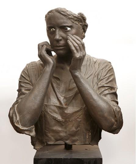 """Julio López.Parte de su familia.1972.Bronce.56x46x32cm.El gesto de e la mujer se lleva a la cara los brazos, una cara convertida en máscara,un vacío devora los ojos y refuerza la mirada mientras pronuncia algo sobre el hombre caído..forman una"""" pietá"""""""