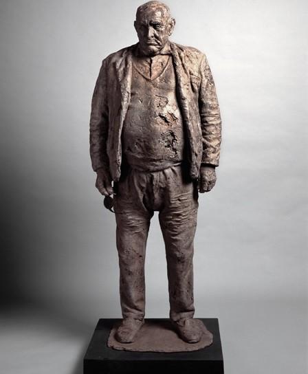 El alcalde de Julio López,1972.Pizarra aglomerada con resina.Es el retrato de un vecino del artista que hizo la guerra en el lado republicano,fue alcalde de Oliva de Plasencia.