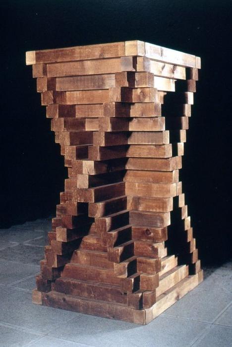 Carl André.Pieza de cedro,1964 Andre trabajó con una gran diversidad de materiales, incluidas las placas de metal y de madera,producidos en serie con los que componía la obra según un sistema de módulos matemáticos,reflejando la repetición de unidades.