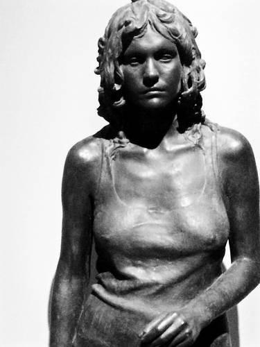 Julio López.Elena 1975.Pizarra y piedra de Colmenar aglomeradas con resina.170x65x56cm.El argumento narrativo se inspira en el Último tango de Paris.