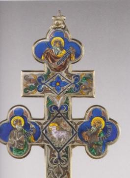 Crucifijo-relicario esmaltado, de la Corona de Aragón.SXV, época tardo gótica decorado con vivo esmalte con tetralóbulos de los 4 evangelistas, lleva la parte superior reliquia de la Vera Cruz.Podría imitar modelos orientales.