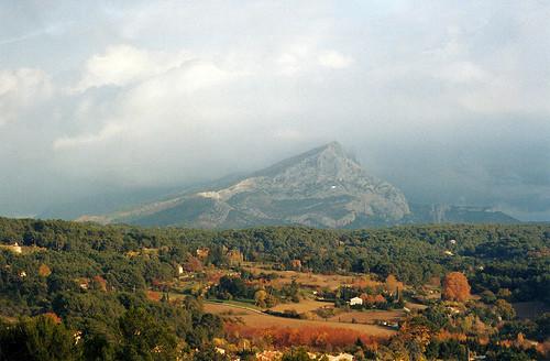 Cadena de montañas calizas al Sur de Francia, principal santuario de su culto:la Sainte Victoire...todas las apariciones espectrales de sus diferentes versiones paisajistas,se proyectan luego en la naturaleza muerta...