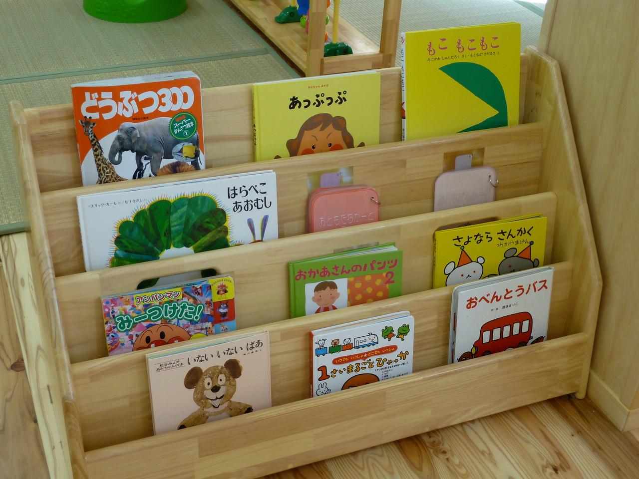 """絵本棚には""""お友だちカード""""もあり、自分のカードやお友だちを見つけて笑顔になります。"""