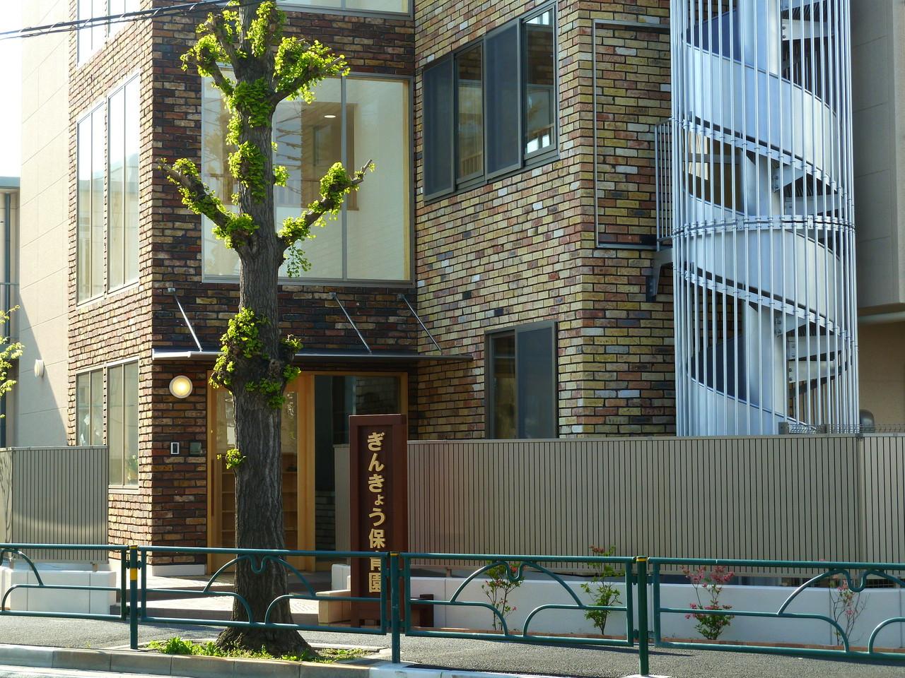 玄関前の世田谷通りのイチョウの木。ガードレールもイチョウの葉の形ですね。