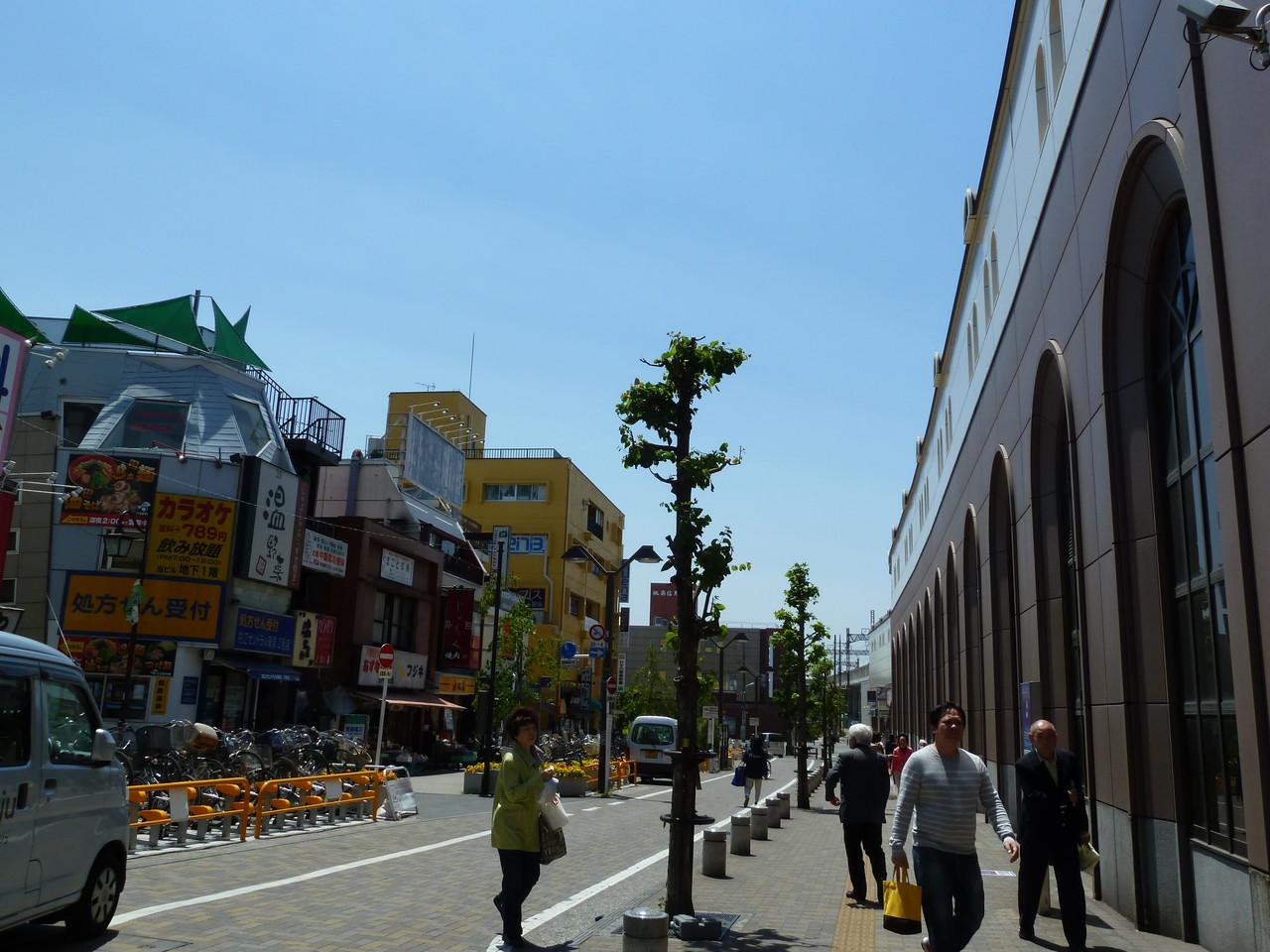 狛江駅南口から右方向へ進みます