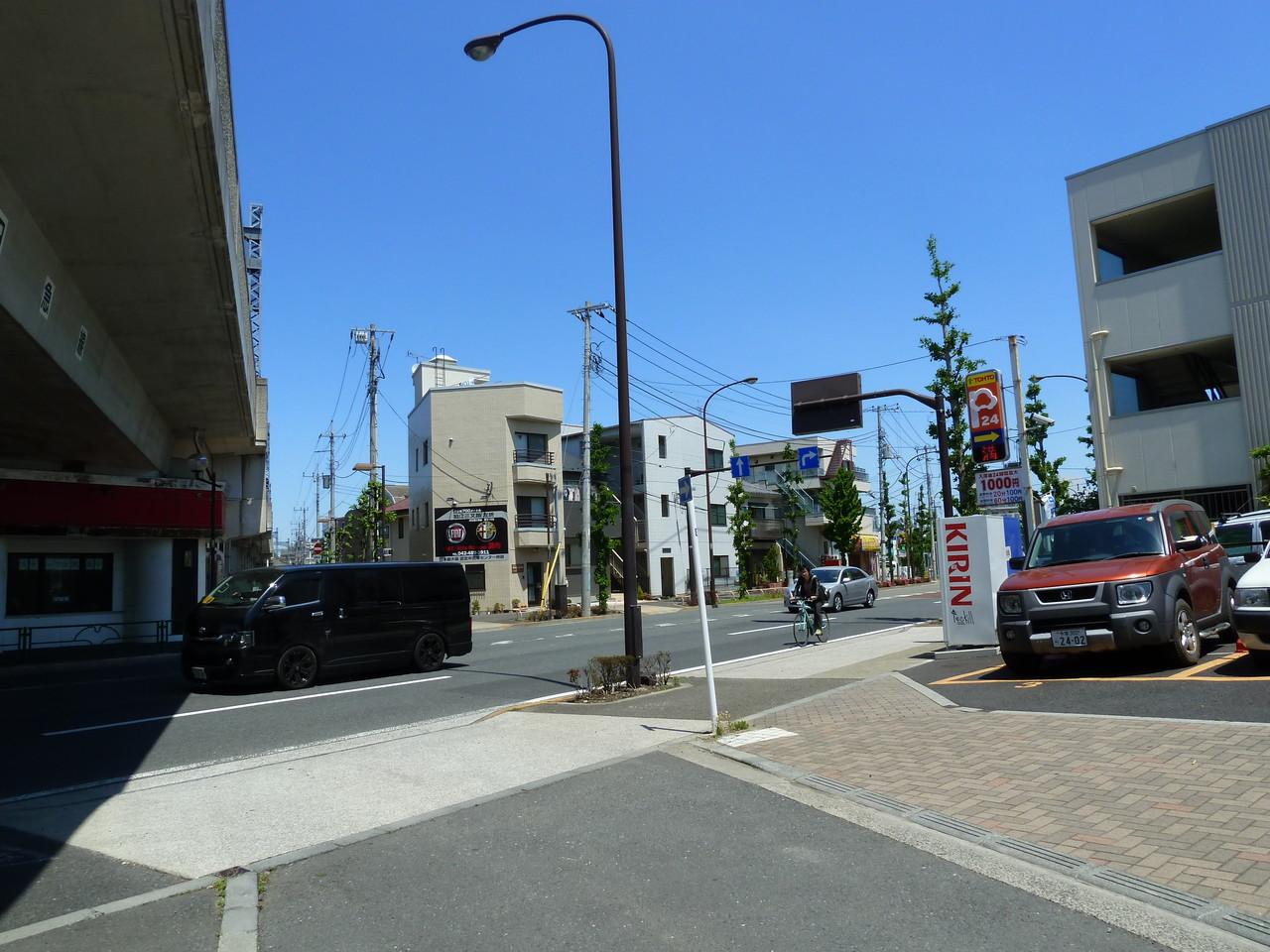 高架下に焼肉屋さんが見えたら、世田谷通りを右方向へ。