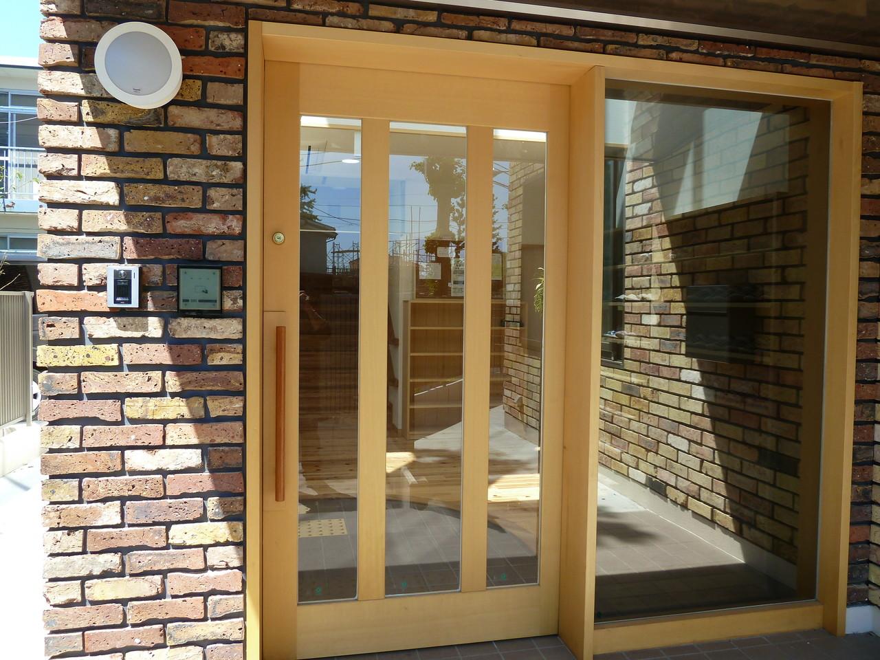 玄関は電気錠で入退室管理やセキュリティー対応。