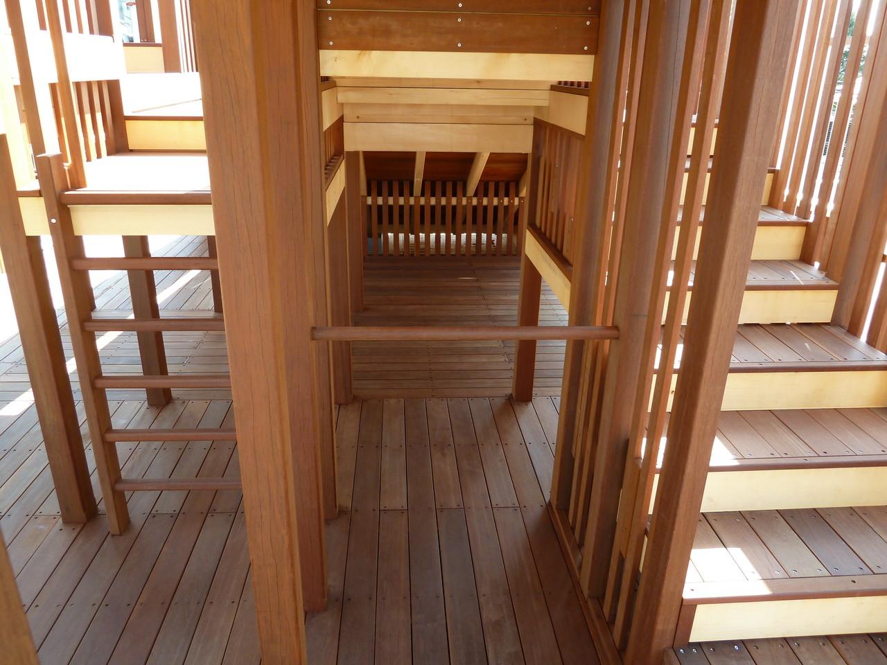 鉄棒ならぬ『木棒』。はしごや階段からも上に登れます。