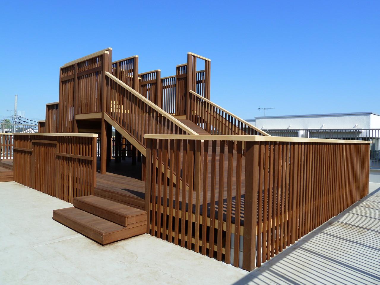 3階屋上園庭の木製遊具。十分に体を使った遊びが楽しめます。
