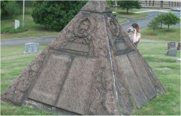 Eine okkulte Pyramide ziert das Grab C.T. Russells