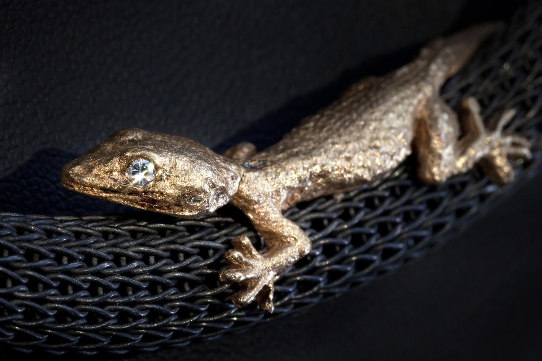Gecko auf Strickcollier