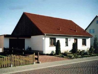 Ein Eigenheim in einem Bebauungsgebiet, ... alles auf einer Ebene. Ein Beispiel für ein nichtunterkellertes Haus mit Garage, 4 Zimmer, Küche, Bad und Hausanschlußraum - ca. 95 m² Wohnfläche.