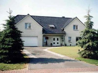 Ein Eigenheim, das viel an Komfort aufweist, ... die ausreichende Grundstücksgröße erlaubte eine großzügige Ausführung. Hier ein Beispiel für ein nichtunterkellertes Haus mit Doppelgarage, 6 Zimmer, Kamin, Küche, Bad, Gäste-WC - ca. 185 m² Wohnfläche.