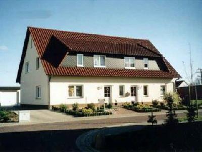 Alles unter einem Dach ... hier entstand ein Domizil für eine junge Familie (115 m²), ein Kosmetiksalon (47 m²) und eine Einliegerwohnung (80 m²).