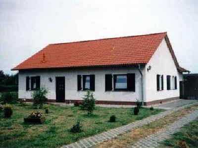 Ein Eigenheim, das erschwinglich ist, ... denn es ist nicht nötig, daß der Bauherr nach der Fertigstellung schlaflose Nächte hat. Hier ein Beispiel für ein nichtunterkellertes Haus, 4 Zimmer, Küche, Bad – ca. 85 m² Wohnfläche.