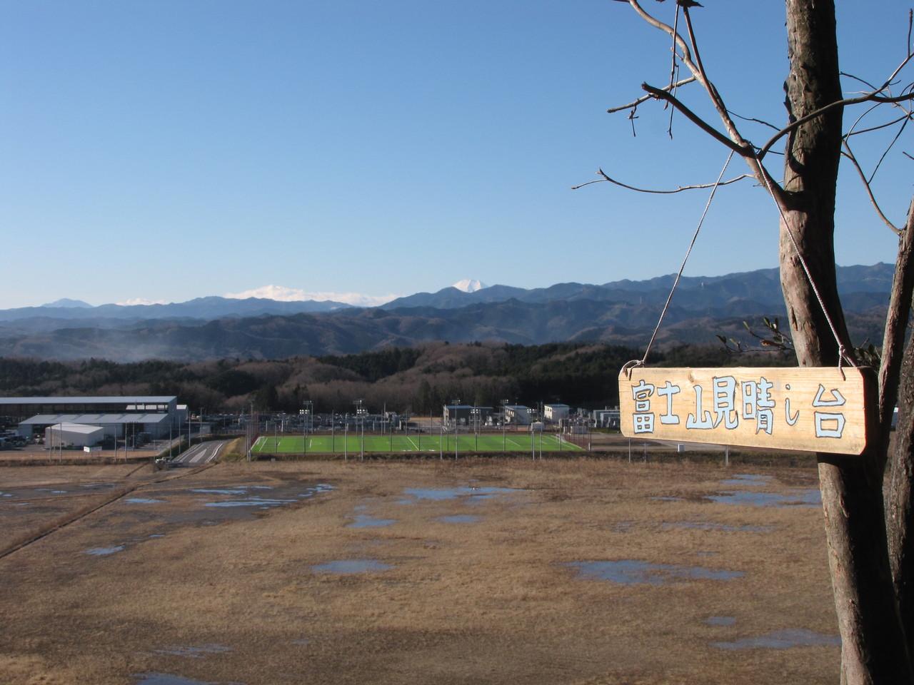 遠くに富士が見えます