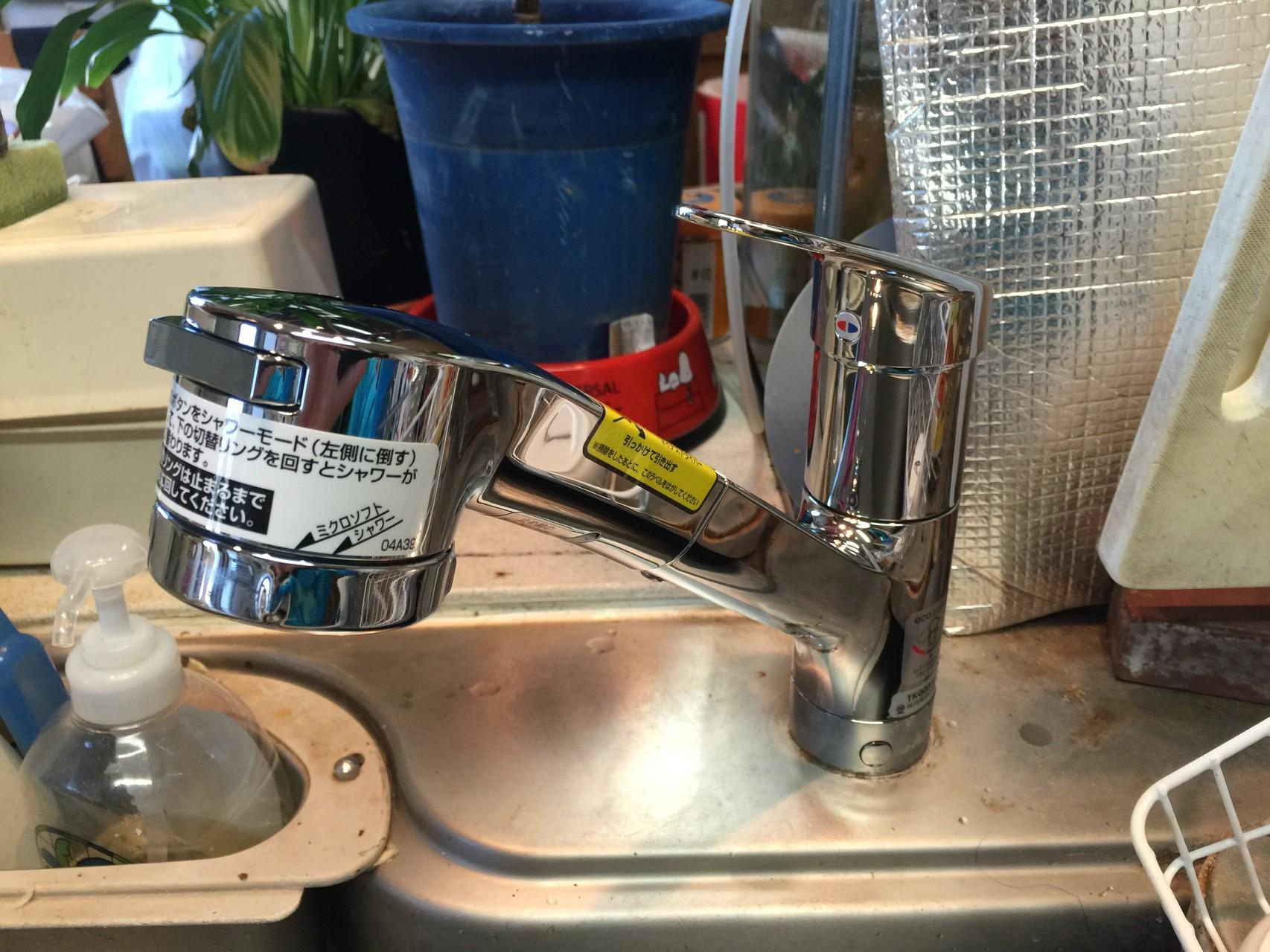 キッチン用水栓 TOTO TKGG32EBです。もちろんホースも伸びます。