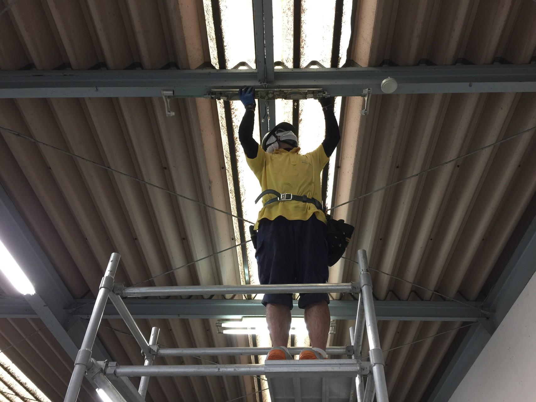 ローリングタワー使用 照明工事