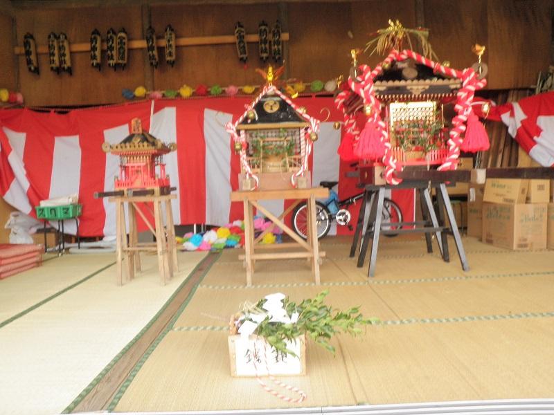 雨を避けて、舞台に飾られた神輿