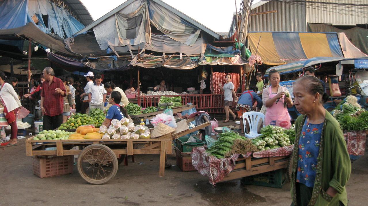 後で地図で見ると、トンカムカム市場だった。