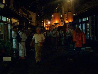 町を練り歩く、厄払いの祭礼に参加する一行。