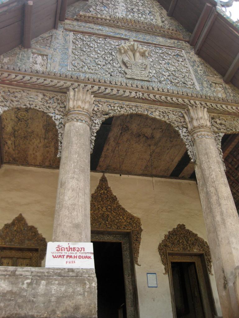 王宮博物館の前にひっそりと建っていた古いお寺。