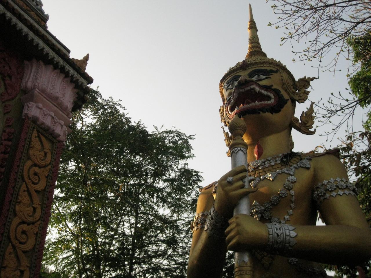 正門から出たら(私は裏門から入った)、またこの髭のお方が。どうもこのお寺はこの髭のお方を祀ってある寺のようだ。