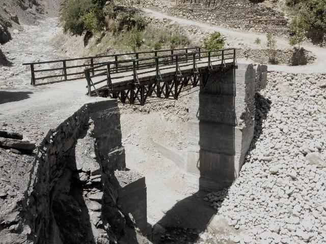 昨年秋にできたルンブール谷の幹線道路の橋は、橋桁の基礎が手抜き工事だと住民から指摘されていたが、その声は無視された。やはり完成して一ヶ月後に橋桁が欠落してしまい、今も使えない状態。