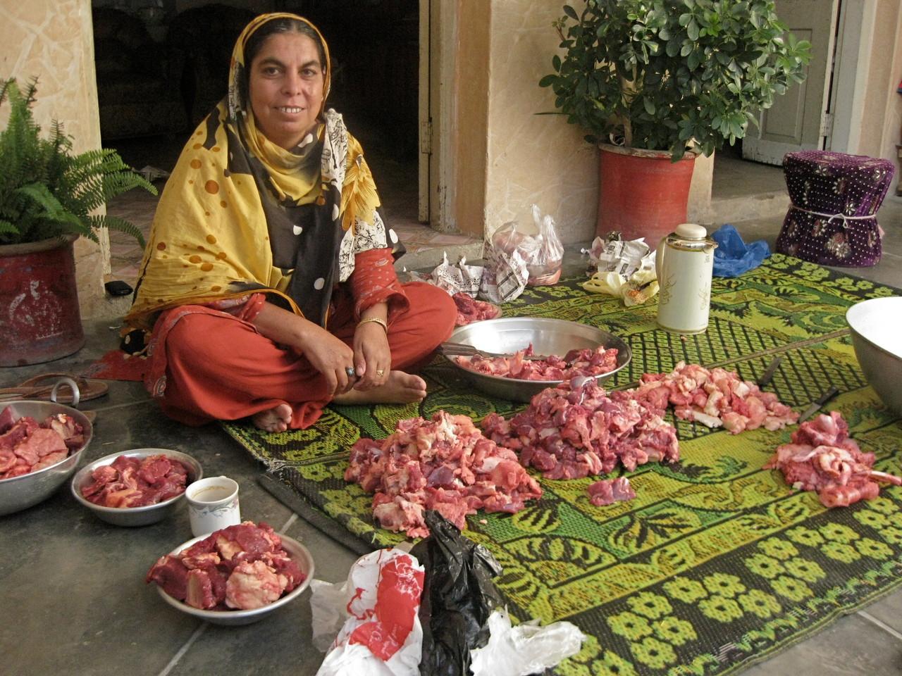 石工さんの家では、奥さんが犠牲にした肉を分配する準備をしていた。