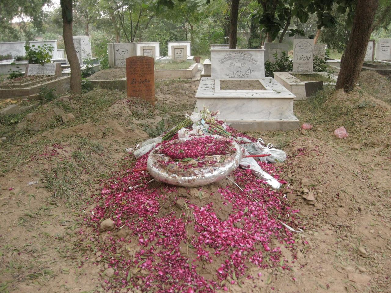 ヌザットさんのご両親、伯父さん、叔母さんが眠る墓地。こちらは最近亡くなられた他所の方のお墓。後で墓石が立てられる。