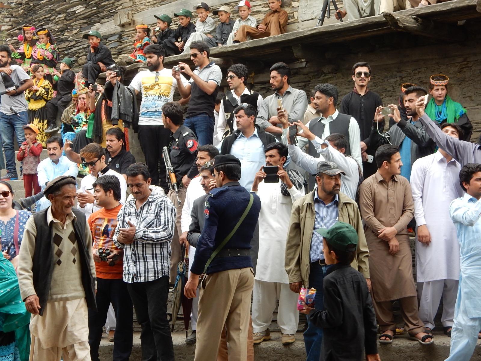 パキスタン全国からやってきた見物人。
