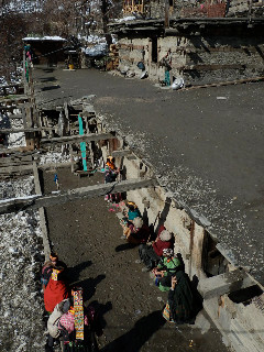 この冬は暖かくて助かった。ひなたぼっこしながらおしゃべりするバラングルの村人たち。