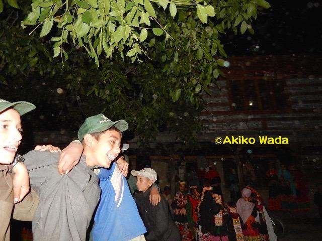 祭りの前夜、子供たちは村の広場で太鼓に合わせて踊り、神殿や家々の入り口にビーシャという黄色い花やクルミの若葉を飾りつける。