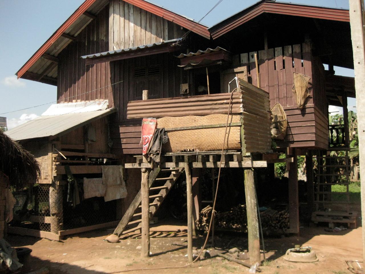 村のお家。ここは木造り。竹の家屋も多い