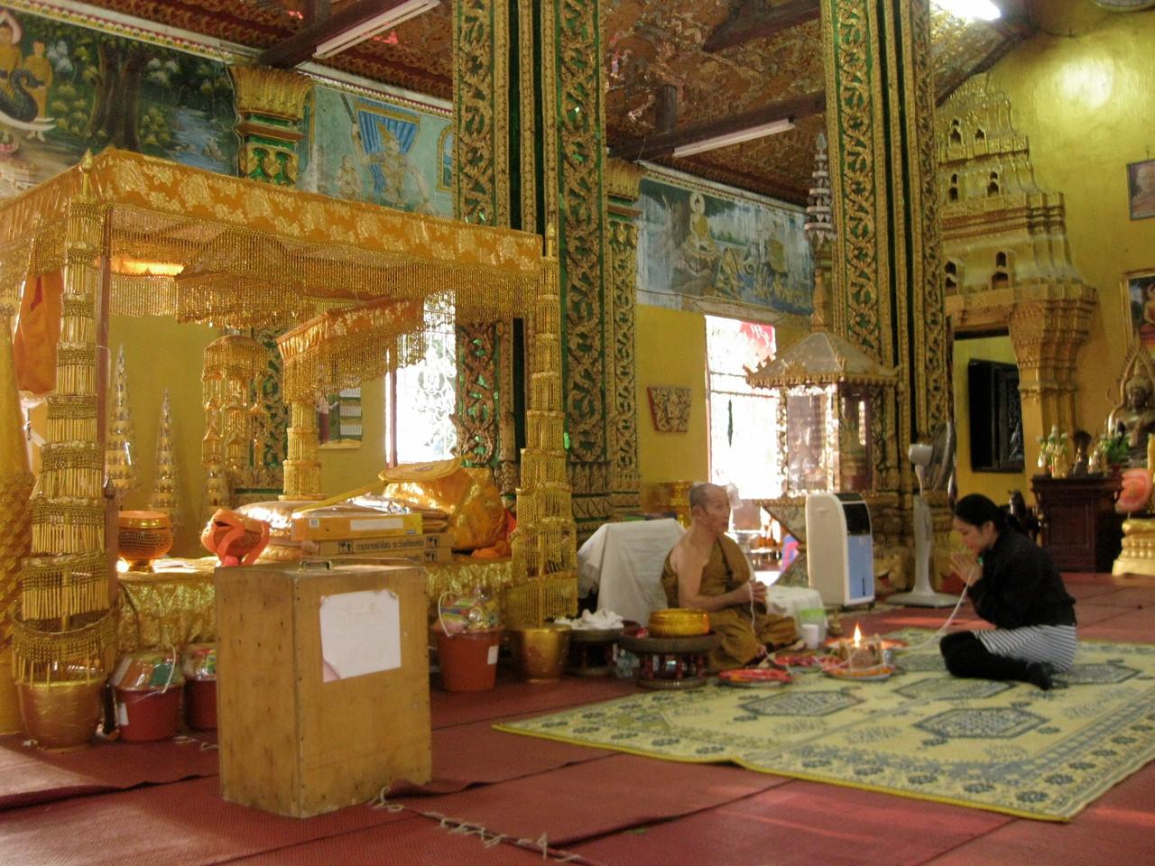 隣の部屋では僧侶が若い女性に占いのようなことをしておりました。
