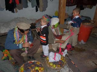 通過儀礼を受ける子供は母方の男性家族から衣装を着せてもらい、小山羊をプレゼントしてもらう。