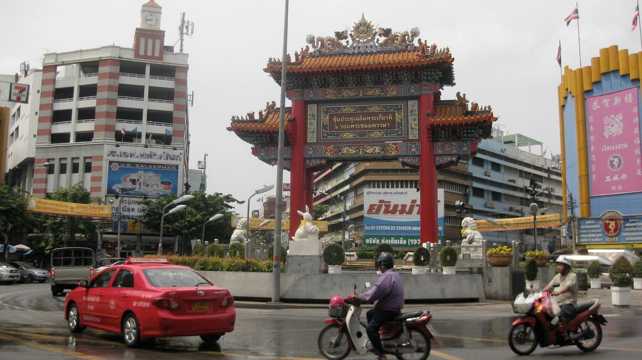 こちらも中華街のシンボルの一つ。車がスピードを落してくれず、向こう側に渡るのが命がけだった。