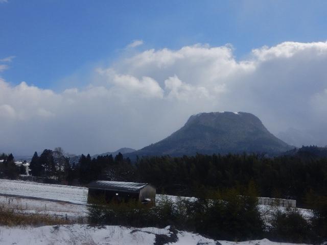 特徴のある山、九重連山のひとつかな?