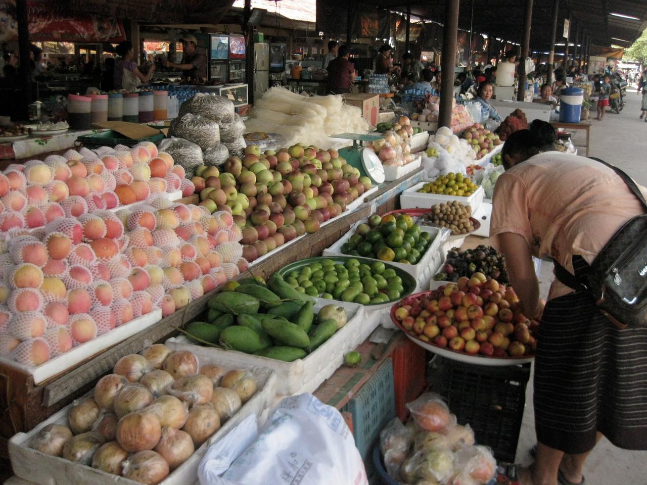 果物は意外にもクッションやカバーに包まれて売られてました