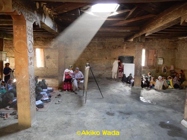 ヤシール先生とムスリムの先生は神殿の中で授業。