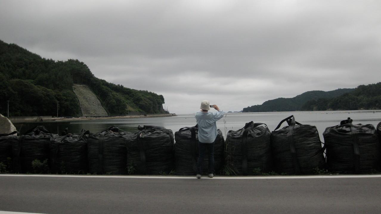 黒い袋は防波堤の役割をしているのだろうか。