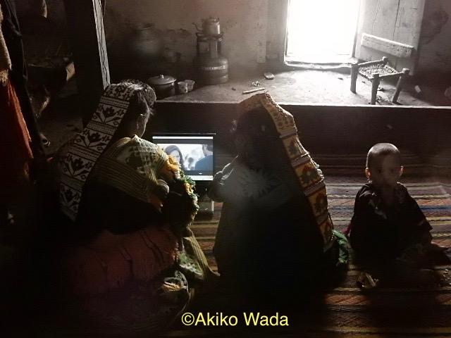 英国人リピーター旅行者がくれたパソコンで、朝からインド映画を観る若い娘たち