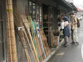 今や伝統工芸といっていいほうきや笊などを売る店も健在。